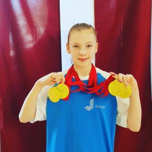 Džeina-Keita-Bersone-4-zelta-medaļas-individuālajās-distancēs-un-1-stafetē-ar-Jūrmalas-komandu.