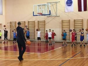 Gulbis vada paraug treniņu Jūrmalas Sporta skolā